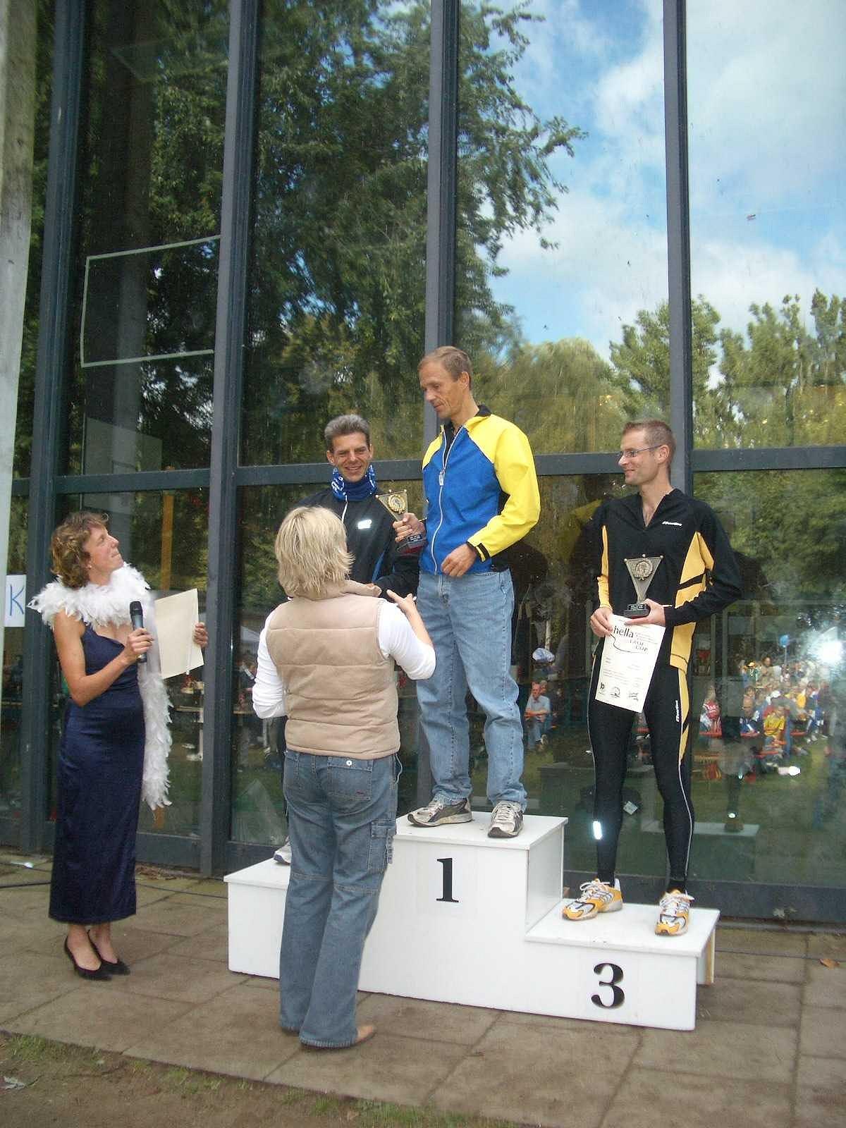 hella Laufcup 2004: Siegerehrung - v.l.n.r.: Markus Cofalla, Thomas Hansen, Heiko Herkel. Mit freundlicher Genehmigung von hella / hansa Mineralbrunnen GmbH
